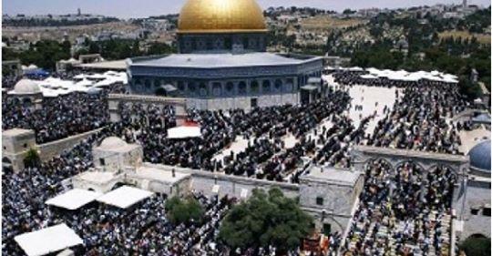 ইহুদীদের বাধা ভে ঙ্গে আল-আকসা মসজিদে জুমা আদায় করল ৪০ হাজার মুসল্লি