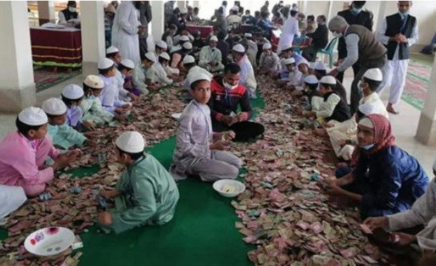 মসজিদে দান বক্সে পাওয়া গেলো ১৪ বস্তা টাকা